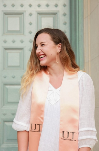 UT Austin graduation photos and Kendra Scott jewelry